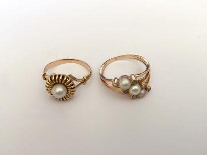 Deux bagues en or ornées de perles et eclats....