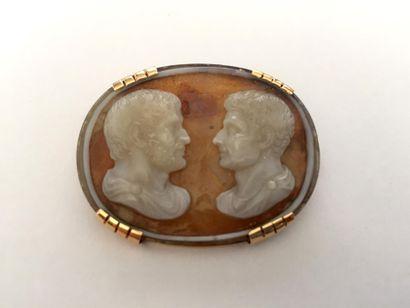 BROCHE camée à décor de deux profils romains...