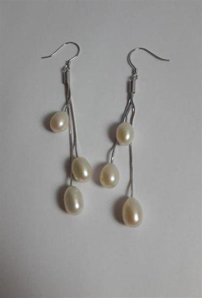 PAIRE DE PENDANTS d'oreilles à trois perles....