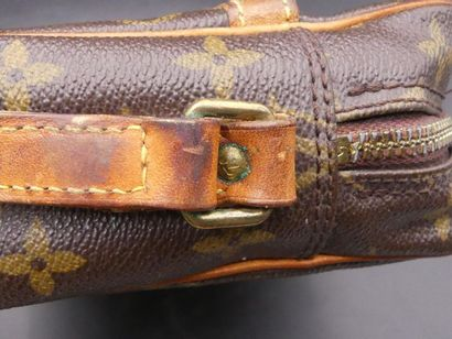 LOUIS VUITTON. Sac. LOUIS VUITTON. Sac en cuir et toile monogrammée. Dimensions :...