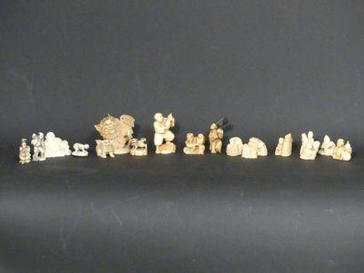 Collection de 15 netsukes et 3 okimonos