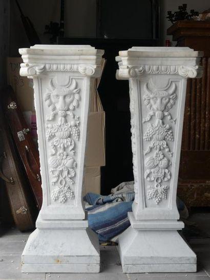 Paire de colonnes aux lions et grappes de raisin.