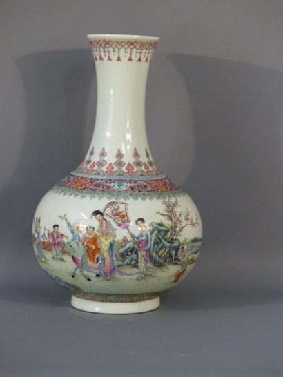 CHINE. Vase. Cachet Lin Zhi Cheng Xiang à la base.