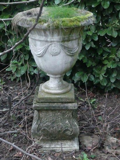 Vase médicis sur piédouche en pierre reconstituée....