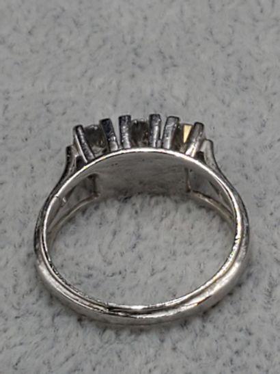 Bague 3 diamants sur griffes or gris. Diamants environ 0,20 , 0,25 et 0,20 carats...