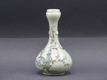 CHINE. Vase à long col