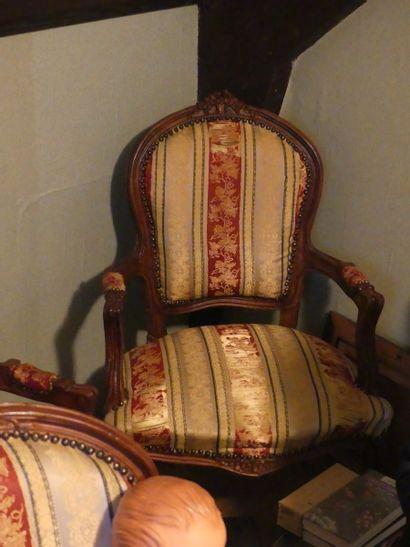 Suite de quatre fauteuils de style Louis...