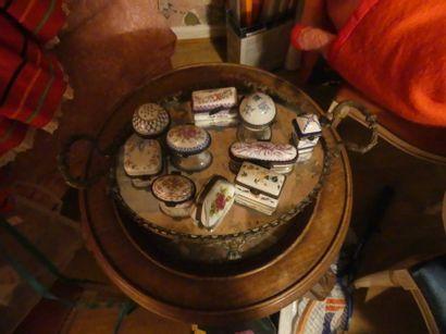 Collection de boîtes à pilules en porcelaine...