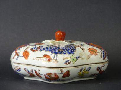 Boite et couvercle en porcelaine à décor floral