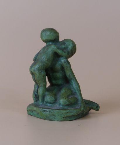 Bronze à patine verte représentant une femme agenouillée et son enfant