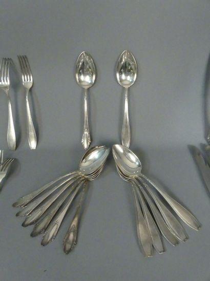 DEETJEN. Partie de ménagère en métal argenté comprennat 7 fourchettes 8 cuillers...