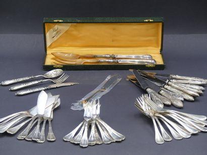12 couverts 12 couteaux à manche en argent fourré. Joint un couvert en argent et...