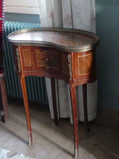 Petite table rognon ouvrant par trois tiroirs...