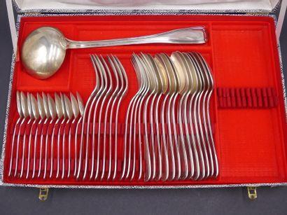 Ménagère de 37 pièces en métal argenté Ménagère de 37 pièces en métal argenté comprenant...