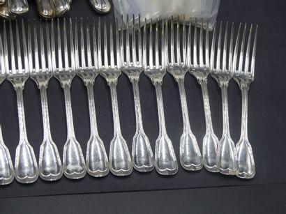 partie de ménagère en metal argenté Partie de ménagère en métal argenté modèle filet...