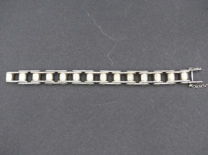 Bracelet chaine en argent. Longeur 22 cm. Poids : 180 grammes . Joint une paire...