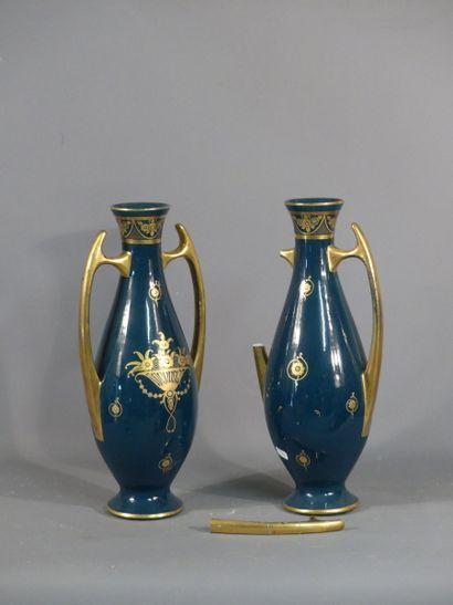 Pinon Maurice à Tours. Paire de vases pirirforme