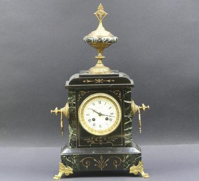 Horloge en marbre noir . Epoque Napoléon...