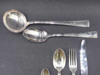 ARGENTAL. Ménagère ARGENTAL. Ménagère en métal argenté 12 couteaux de table, 12 fourchettes...