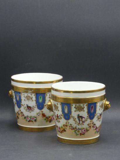 PORCELAINE DE PARIS. Paire de cache-pots en porcelaine blanche à décor de guirlandes de fleurs et oiseaux .