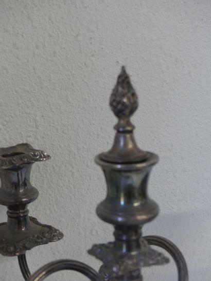 Important chandelier Important chandelier en métal en argent à 5 lumières. Base renforcée....