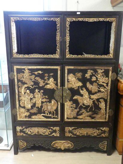 CHINE. Cabinet en bois ouvrant par deux portes...