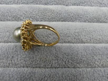 Bague jupe Bague jupe. Or, perle de Tahiti, diamants navettes et baguettes. 8,3g