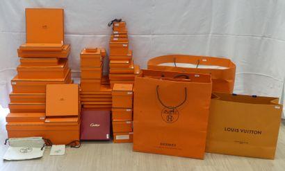 Réunion de sacs et boites en papier