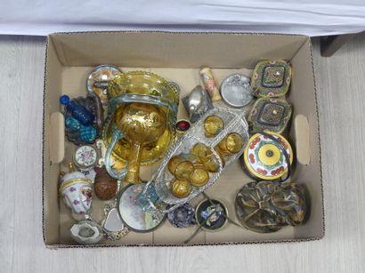 Carton. Divers objets dont porte bouteille en métal, boites en étain, sujet en platre, loupe, vide poche etc