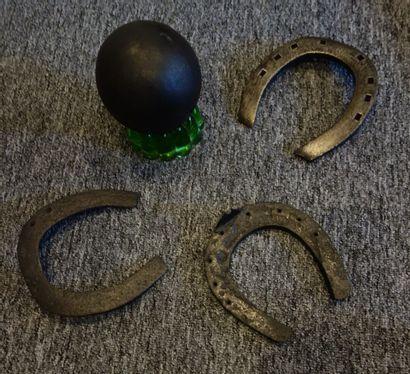 Lot : 3 fers à cheval ; boulet en fonte.