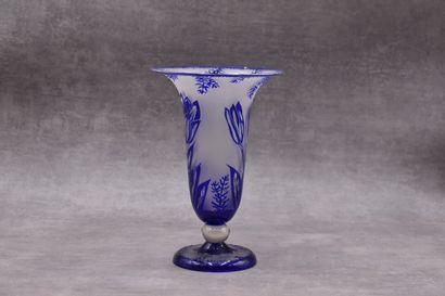 Vase balustre en cristal fumé à décor de...