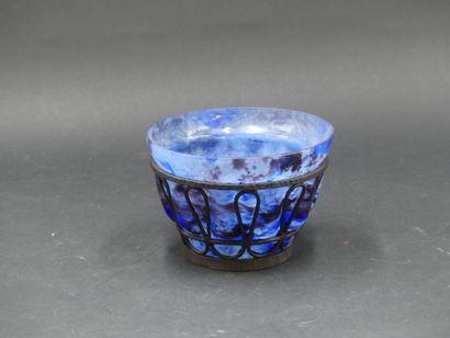 André DELATTE. Vase en verre bleu et violet...