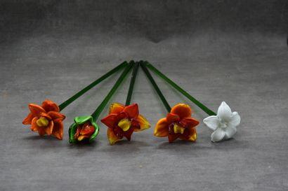 Réunion de 5 fleurs en verre.