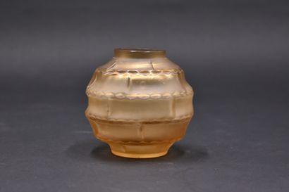 André HUNEBELLE (1896 - 1985).Vase sphérique...