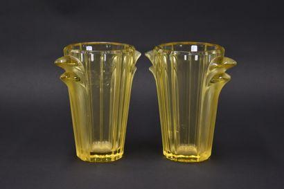 VERLYS. Paire de vases en verre jaune à corps...