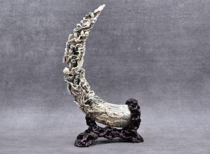 CHINE. Scène de personnages en ivoire sculpté...