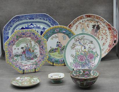 CHINE XXième siècle réunion de deux plats trois assiettes et une soucoupe