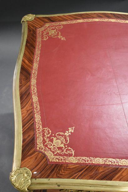 Bureau plat Louis XV. Jean-Baptiste Hedouin. Bureau plat en marqueterie de bois exotique...