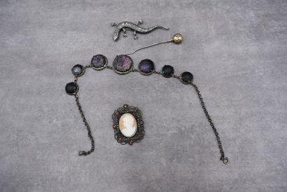 Réunion de bijoux fantaisie : collier, épingle,...