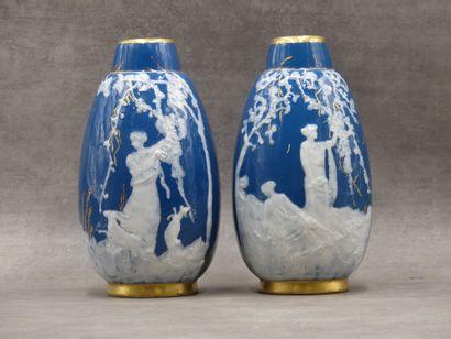 LIMOGES. Paire de vases en porcelaine à fond...