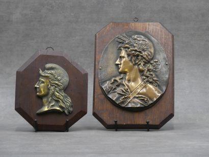 Réunion de deux profils de Marianne en bronze