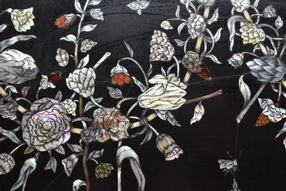 Panneau en marqueterie de marbre noir, polychromes et nacre teintée à décor de guirlandes...