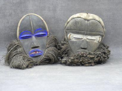 AFRIQUE. Réunion de deux masques en bois...