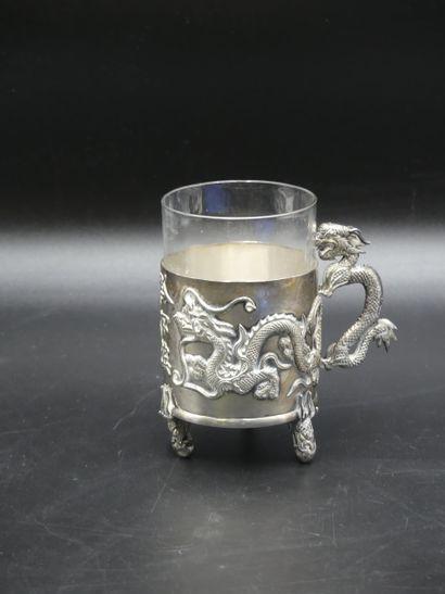 Porte verre tripode en argent à décor de dragons et son verre.
