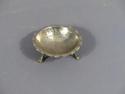 Coupe à piètement tripode en métal argenté martelé
