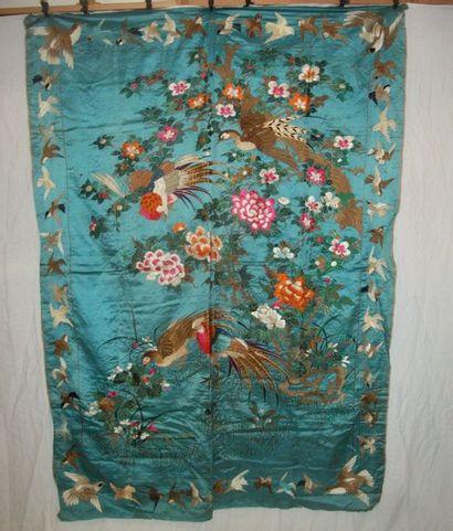 Tenture, Chine du Sud, vers 1900, satin bleu,...