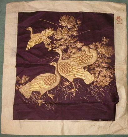Carré, Chine vers 1900, satin violet brodé...