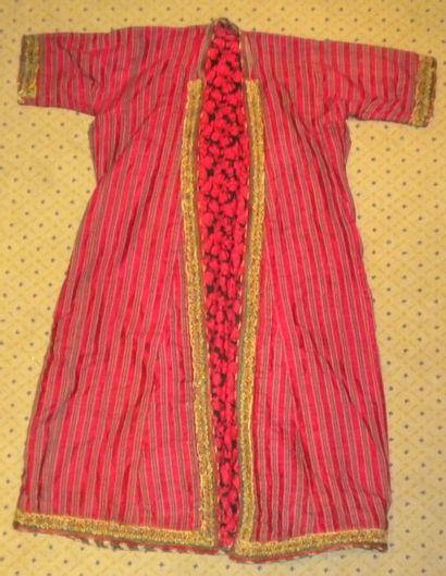 Robe, Turkménistan, façonné rouge rayé vert...