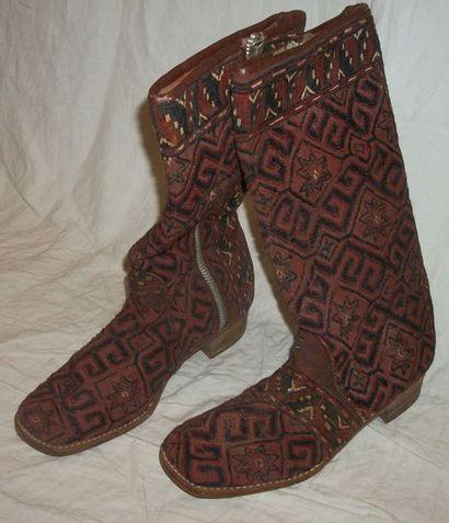 Paire de bottes couvertes d'un kilim du ...