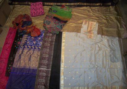Réunion de dix sari, Inde, taffetas blanc,...